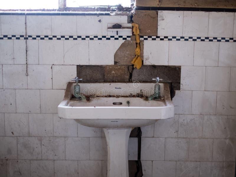 Sluit omhoog van het bassin van de Stelenhand en originele tegels in verlaten die huis in de stijl van jaren '30deco, Eg het UK w stock fotografie