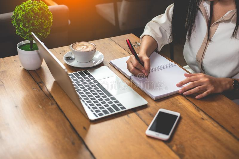 Sluit omhoog van het bedrijfsvrouw werken met documenten en laptop in bureau Zaken en Levensstijlenconcept Ondernemer en royalty-vrije stock foto