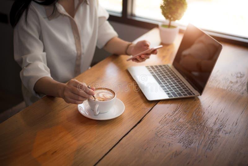Sluit omhoog van het bedrijfsvrouw werken met laptop en het drinken koffie in bureau Zaken en Levensstijlenconcept Ondernemer en royalty-vrije stock foto