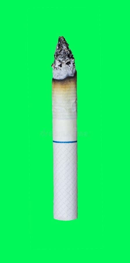 Sluit omhoog van het branden van sigaret op groene het schermchroma die wordt geïsoleerd stock foto