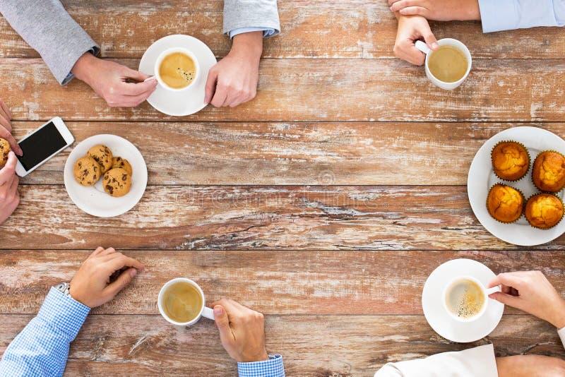 Sluit omhoog van het commerciële team drinken koffie op lunch stock afbeeldingen