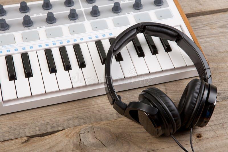 Sluit omhoog van het controlemechanismevolume van MIDI fader, knop en sleutels stock fotografie