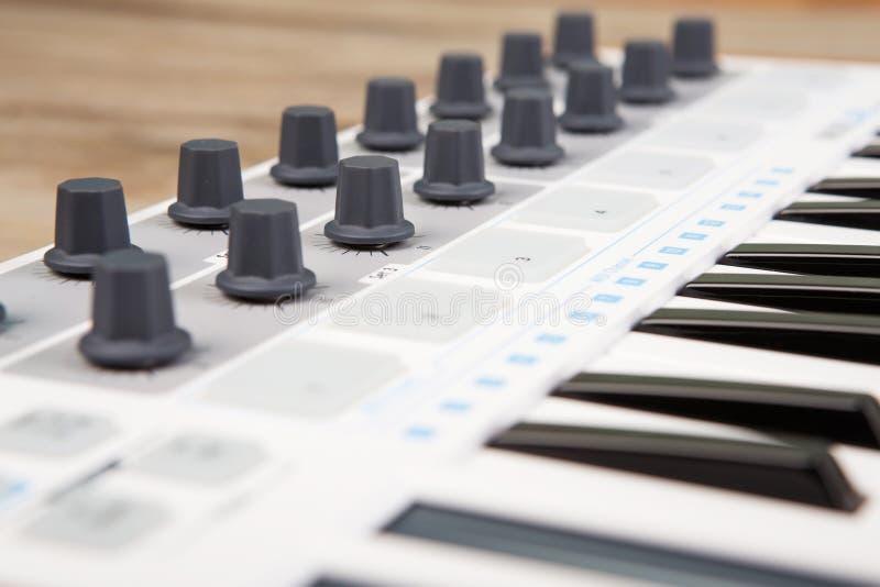 Sluit omhoog van het controlemechanismevolume van MIDI fader, knop en sleutels stock afbeelding