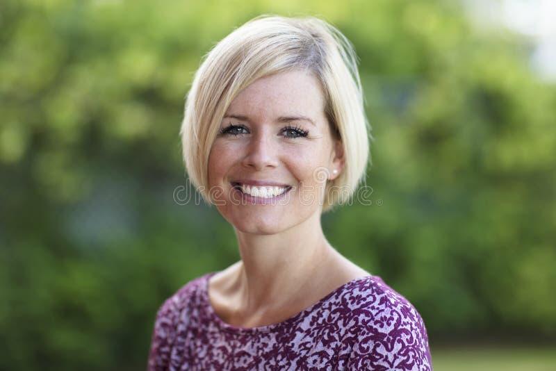 Sluit omhoog van het Gelukkige Blonde Vrouw Glimlachen royalty-vrije stock afbeelding