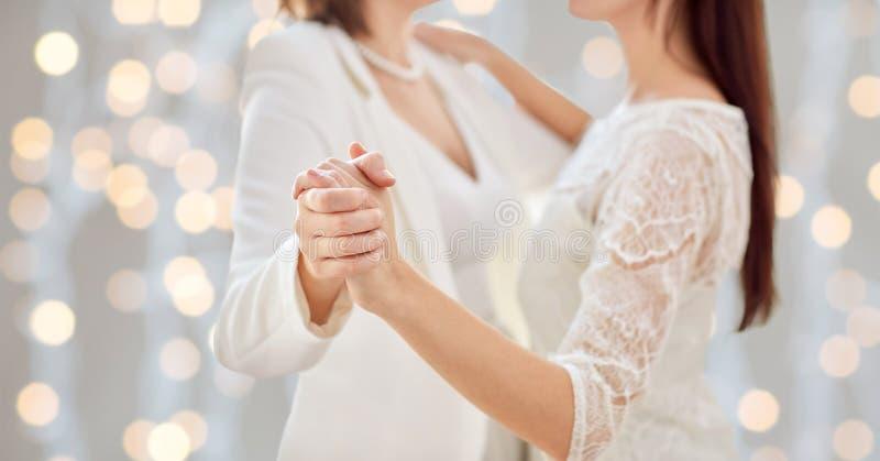 Sluit omhoog van het gelukkige gehuwde lesbische paar dansen royalty-vrije stock foto