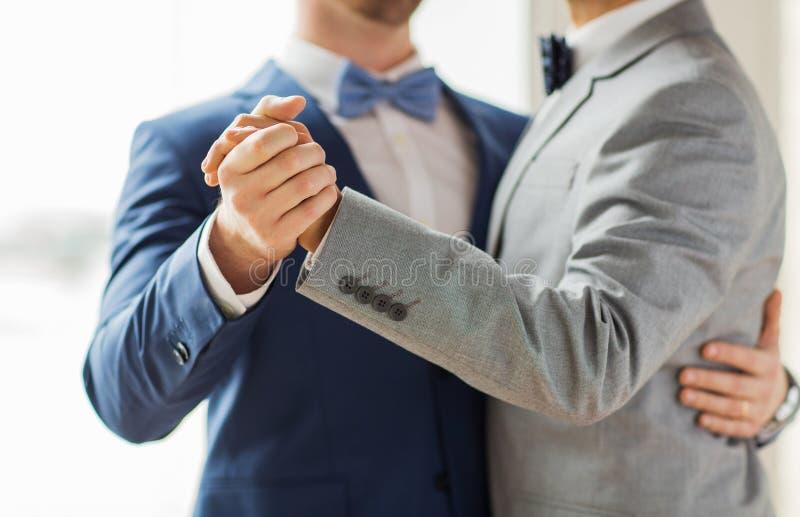 Sluit omhoog van het gelukkige mannelijke vrolijke paar dansen stock afbeelding