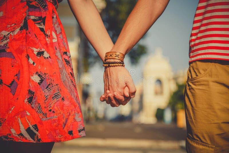 Sluit omhoog van het houden van van paar die strak handen houden terwijl het lopen van de stadsstraat Het dateren en liefdeconcep stock afbeelding