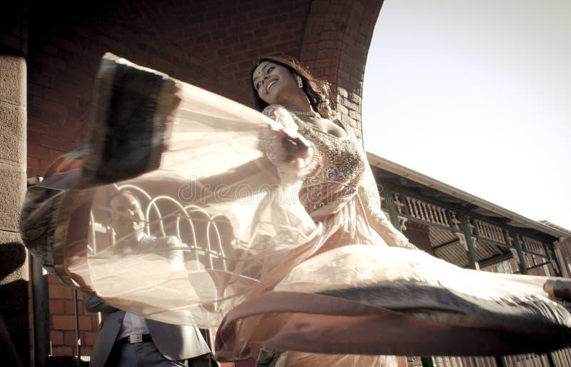 Sluit omhoog van het jonge Indische vrouw dansen met stromende rok royalty-vrije stock fotografie