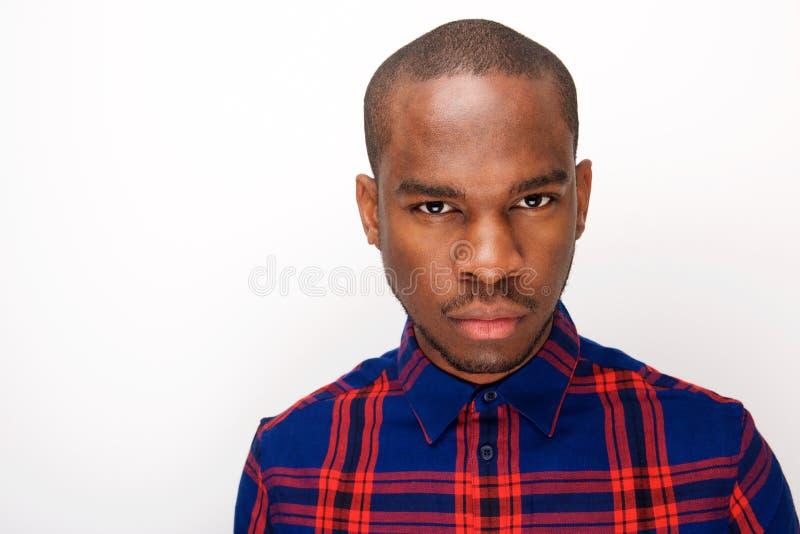 Sluit omhoog van het koele jonge Afrikaanse Amerikaanse mens staren royalty-vrije stock afbeeldingen