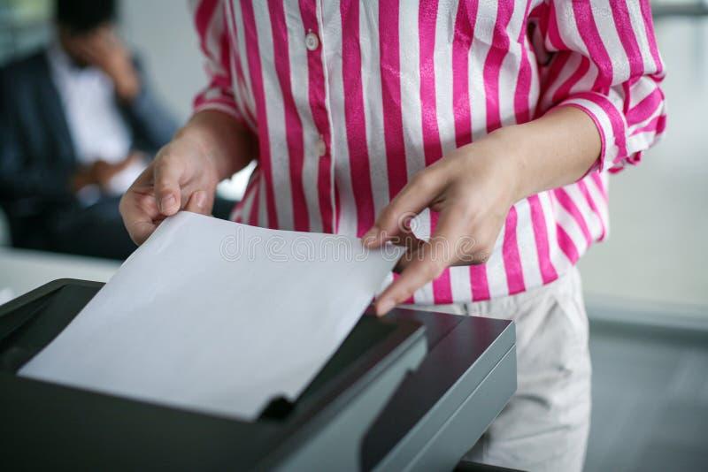Sluit omhoog van het kopieerapparaat van het bedrijfsvrouwengebruik Onderneemster die pho gebruiken stock afbeeldingen