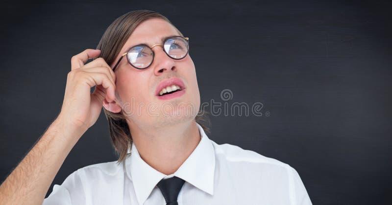Sluit omhoog van het krassende hoofd van de nerdmens tegen marinebord stock fotografie
