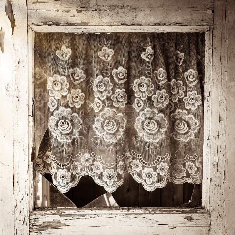 Sluit omhoog van het oude raamkozijn van de huisdeur met gebroken glas stock afbeelding