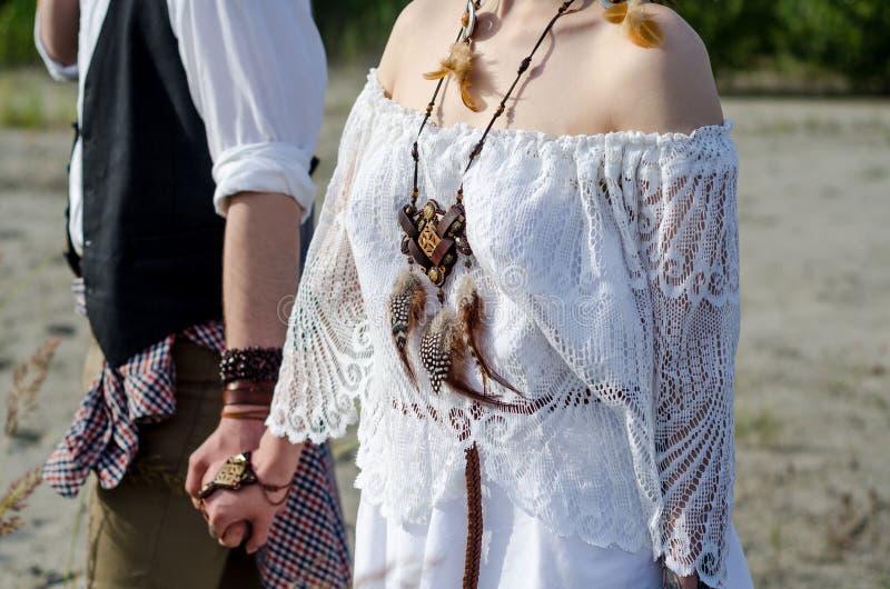 Sluit omhoog van het paar van het bohohuwelijk royalty-vrije stock foto's