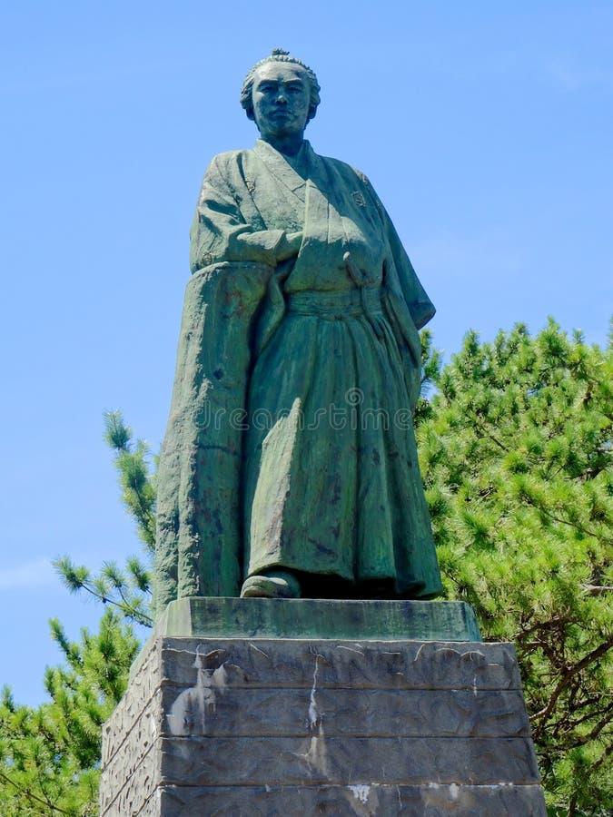 Sluit omhoog van het Ryoma Sakamoto-standbeeld dat in Katsurahama-strand in Kochi, Japan wordt gevestigd royalty-vrije stock afbeelding