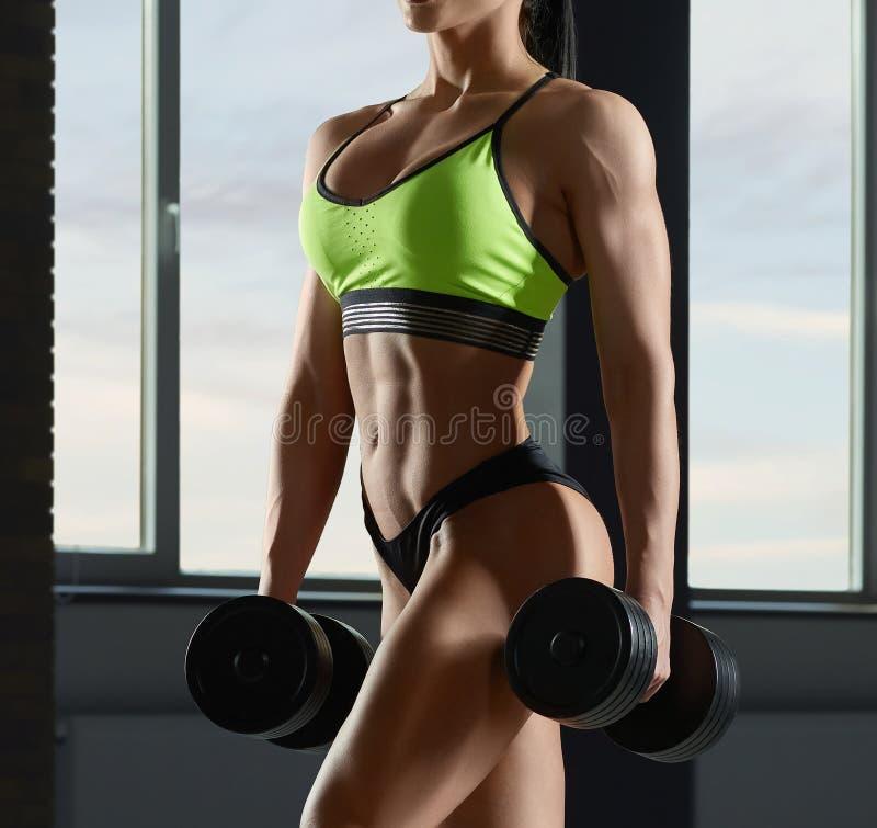 Sluit omhoog van het sterke geschikte modellichaam van ` s met spieren royalty-vrije stock afbeeldingen