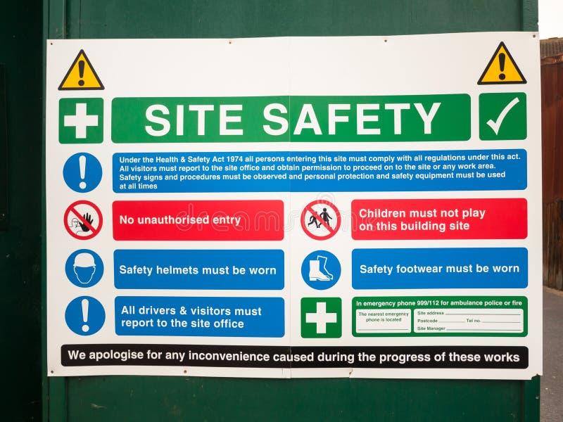 Sluit omhoog van het teken van de plaatsveiligheid op groene muur stock afbeelding