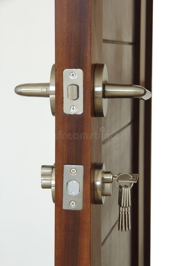 Sluit omhoog van het veiligheidsslot van een nieuwe houten deur royalty-vrije stock afbeelding