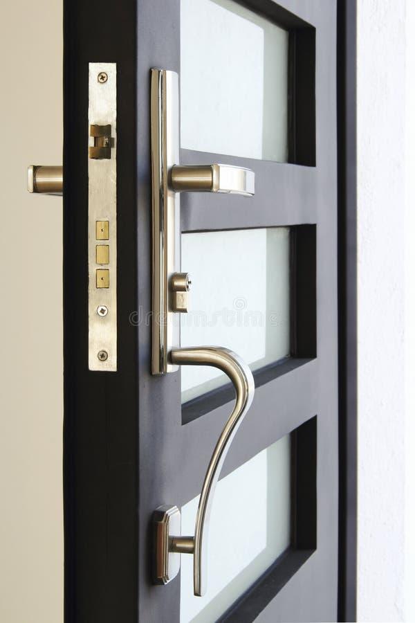 Sluit omhoog van het veiligheidsslot van zwarte deur stock foto's