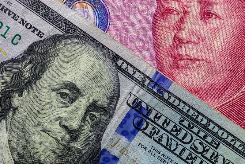 Sluit omhoog van honderd Dollarbankbiljet over een 100 Yuansbankbiljet met nadruk op portretten van Benjamin Franklin en Mao tse- royalty-vrije stock fotografie