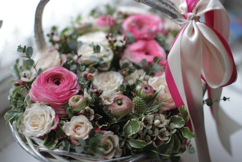 sluit omhoog van huwelijksboeket van rozen in houten mand met lint royalty-vrije stock afbeeldingen