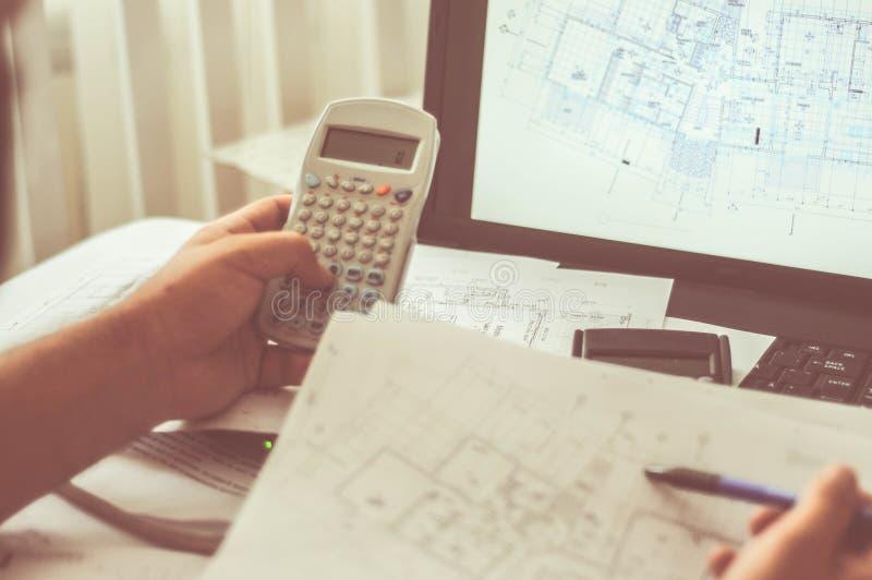 Sluit omhoog van ingenieurshanden die aan lijst werken, hij de schets van het tekeningsproject in bouwwerf of bureau stock afbeelding