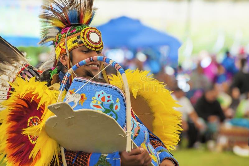 Sluit omhoog van Inheemse Amerikaan die in een PowWow een Papoose Cradleb houden royalty-vrije stock afbeeldingen