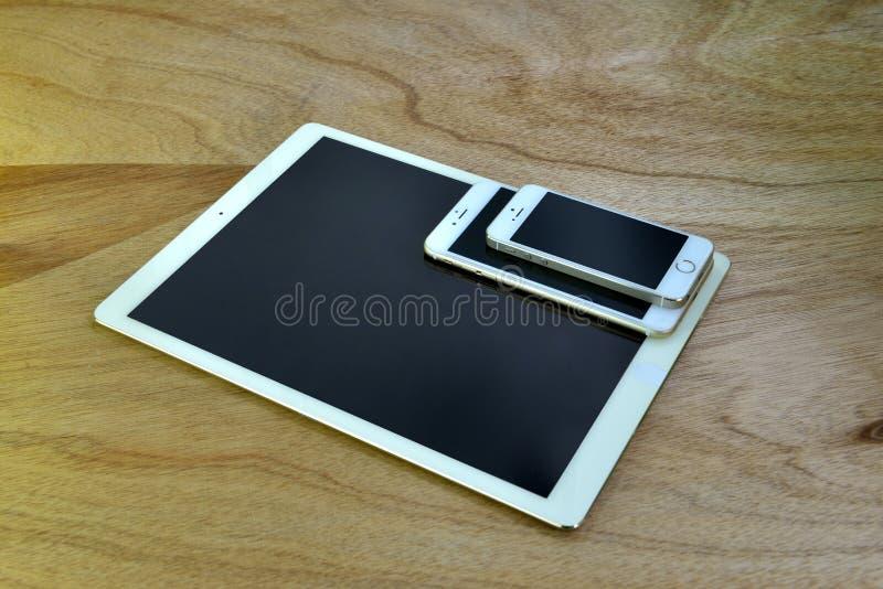 Sluit omhoog van iPhone 6s plus, iPhone 5s en ipad pro royalty-vrije stock foto