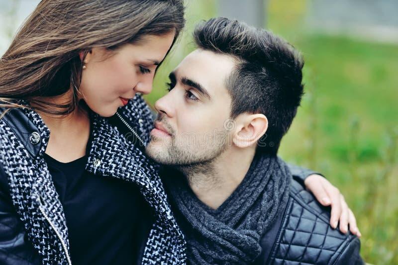 Sluit omhoog van jong mooi paar in liefde stock fotografie