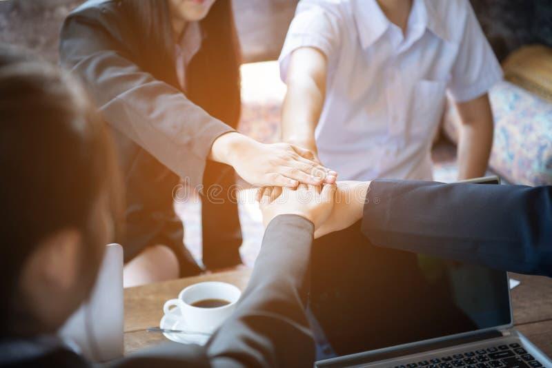 Sluit omhoog van jonge Aziatische bedrijfsvrouw die hun handen samenbrengen Eenheid en groepswerkconcept, proces in uitstekende s royalty-vrije stock afbeeldingen