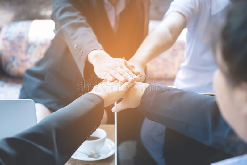 Sluit omhoog van jonge Aziatische bedrijfsvrouwen hoogste mening samenbrengend hun handen Eenheid en groepswerkconcept, proces in stock afbeelding