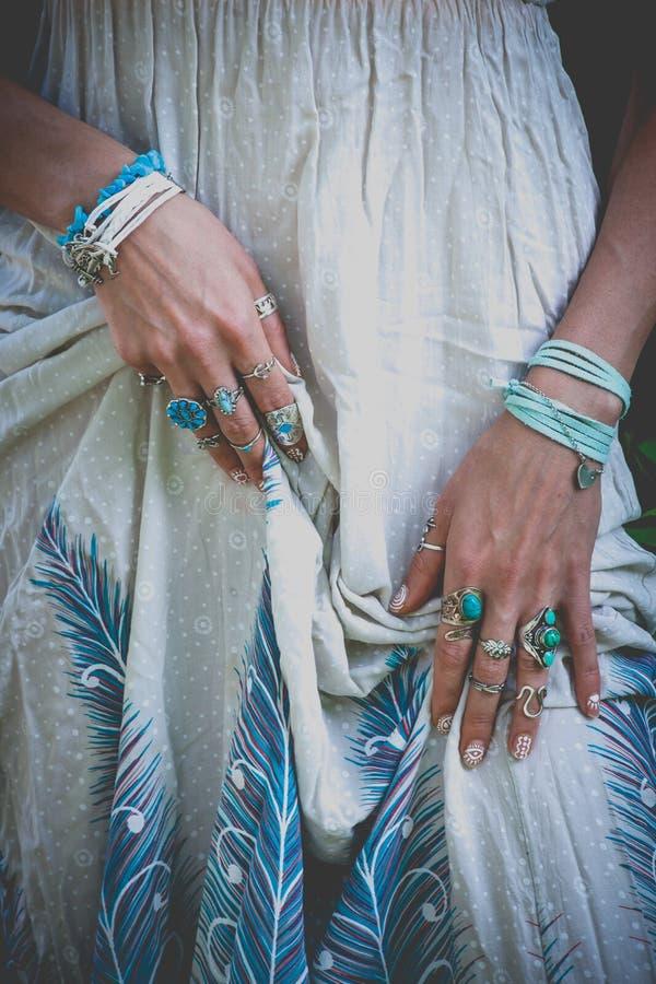 Sluit omhoog van jonge de greepkleding van vrouwenhanden met bohotoebehoren r stock foto's