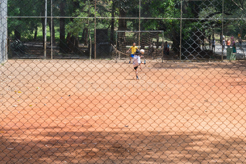 Sluit omhoog van jonge geitjes spelend voetbalspel royalty-vrije stock afbeeldingen