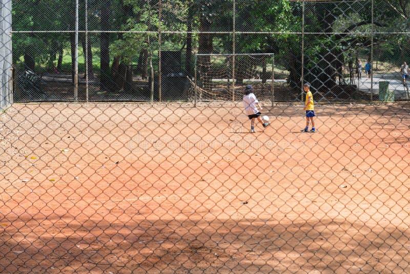 Sluit omhoog van jonge geitjes spelend voetbalspel royalty-vrije stock foto