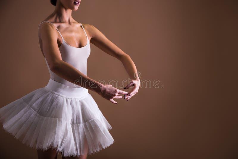 Sluit omhoog van jonge mooie vrouwenballetdanser in tutu royalty-vrije stock foto