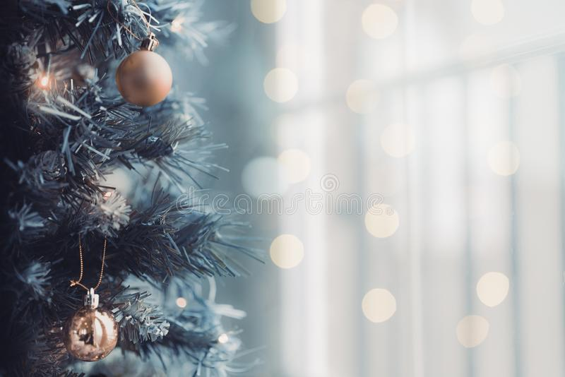 Sluit omhoog van Kerstboom met een heldere bokehachtergrond stock foto's