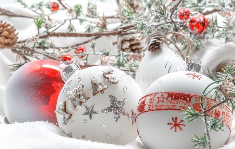 Sluit omhoog van Kerstmisspar en Kerstmisballen stock fotografie