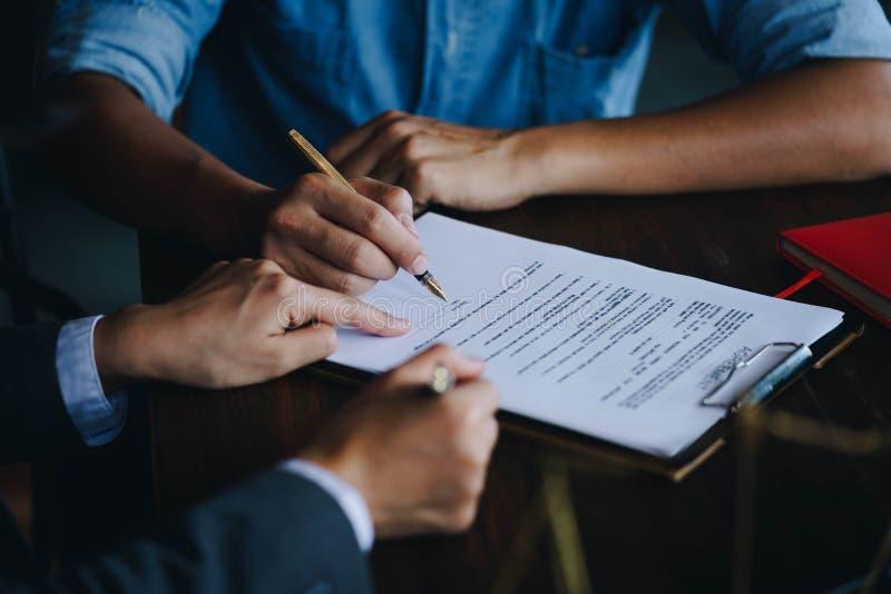 Sluit omhoog van klant die een document document voor het kopen van huis ondertekenen royalty-vrije stock foto's