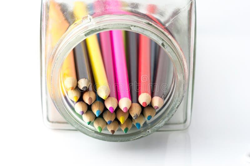 Sluit omhoog van kleurenpotloden met verschillende kleur over witte achtergrond stock fotografie