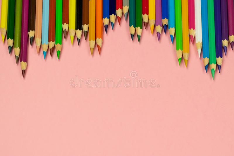 Sluit omhoog van kleurenpotloden op roze achtergrond met het knippen van weg royalty-vrije stock afbeeldingen
