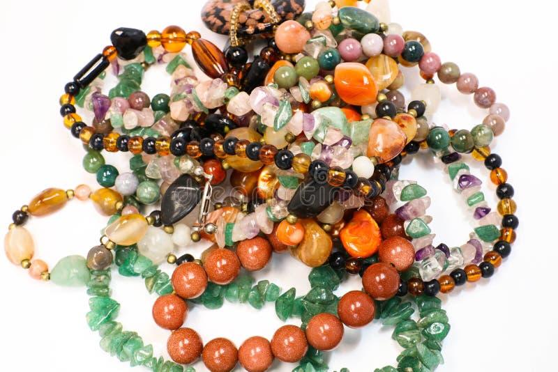 Sluit omhoog van Kleurrijke Stapel van Armbanden en Toebehoren van de Halsband de Mooie Elegantie stock foto's
