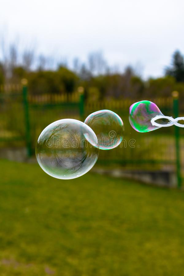 Sluit omhoog van kleurrijke zeepbels stock afbeeldingen