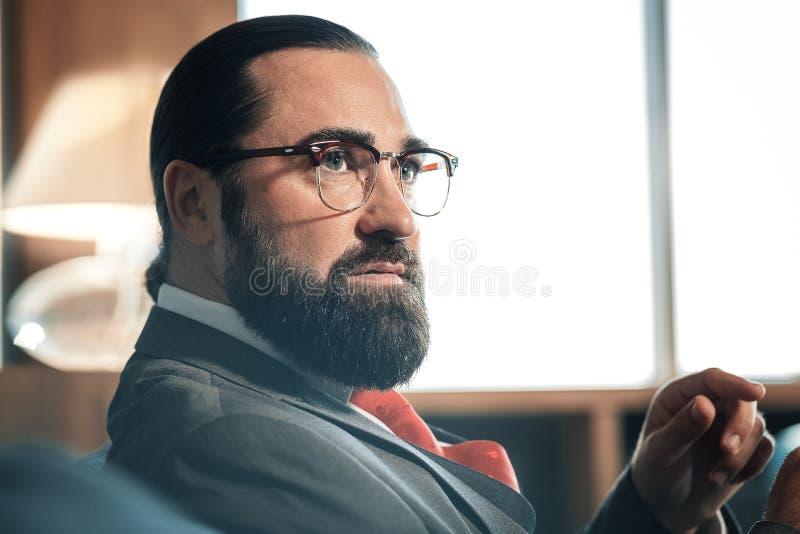 Sluit omhoog van knappe rijpe zakenman die glazen dragen stock fotografie