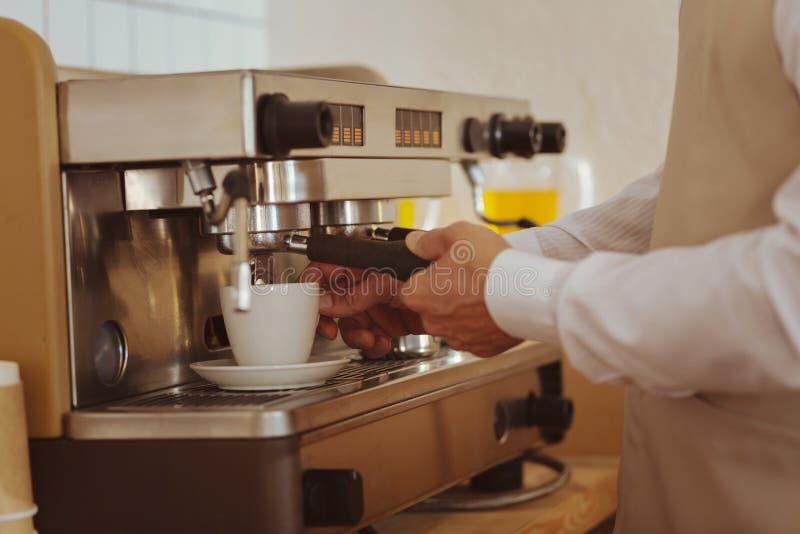 Sluit omhoog van koffie die worden voorbereid royalty-vrije stock afbeeldingen