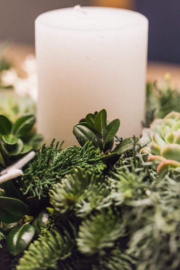 Sluit omhoog van komstkroon met witte kaarsen op Kerstmis royalty-vrije stock foto's