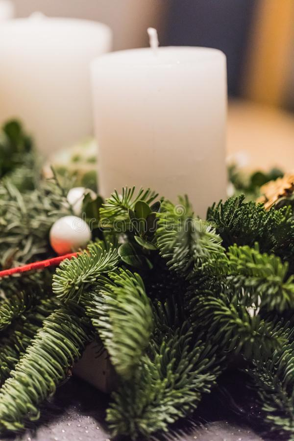Sluit omhoog van komstkroon met witte kaarsen op Kerstmis stock foto