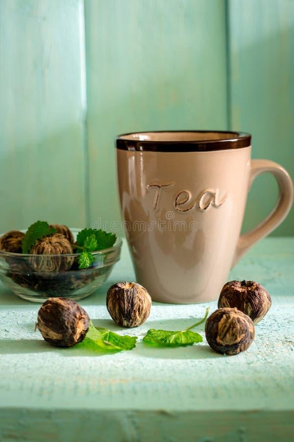 Sluit omhoog van kop thee op een uitstekende houten Smaak als achtergrond, dorst, drankconcept stock fotografie