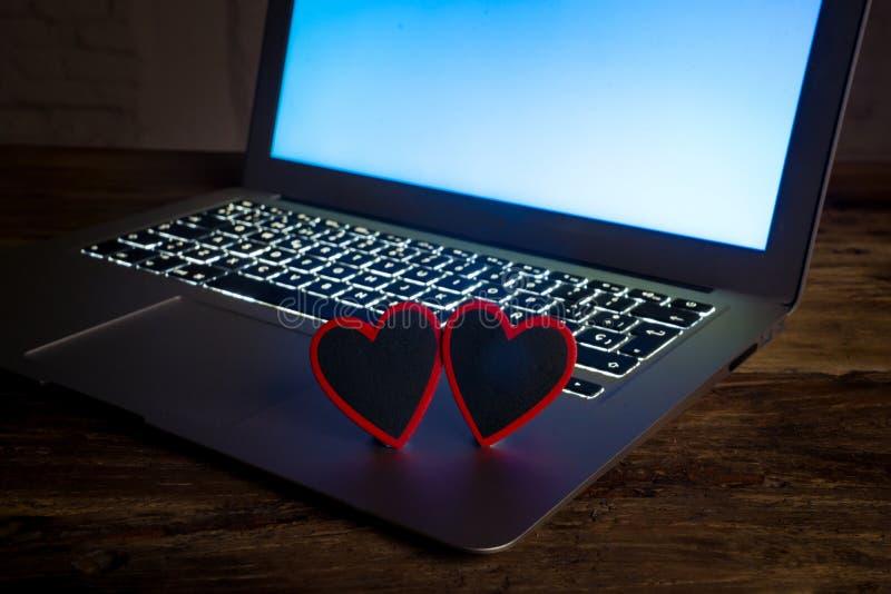 Sluit omhoog van laptop en liefdebericht in verbonden verblijf, online daterend of winkelend voor Valentijnskaartendag royalty-vrije stock foto