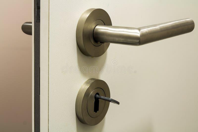 Sluit omhoog van lichtjes open nieuwe witte plastic deur met heldere shi stock foto