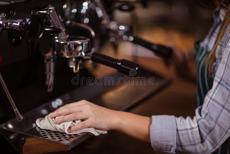 Sluit omhoog van machine van de barista de schoonmakende koffie stock fotografie