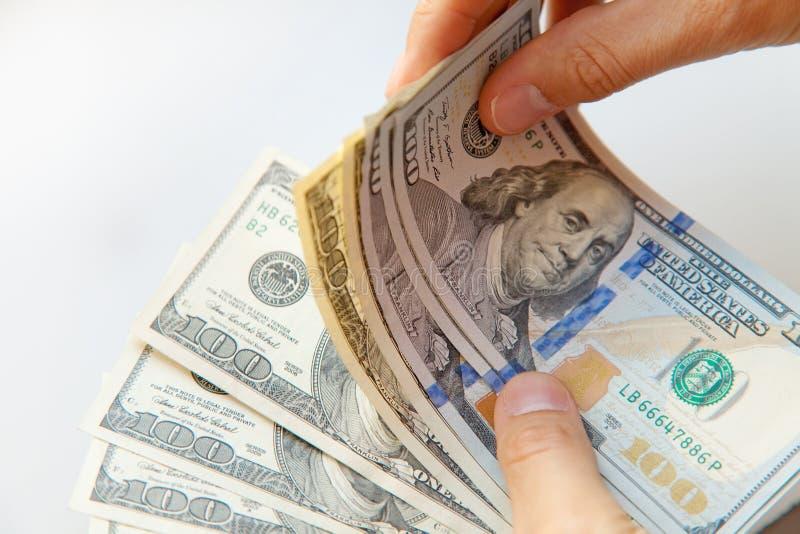 Sluit omhoog van mannelijke handen met geld royalty-vrije stock foto's
